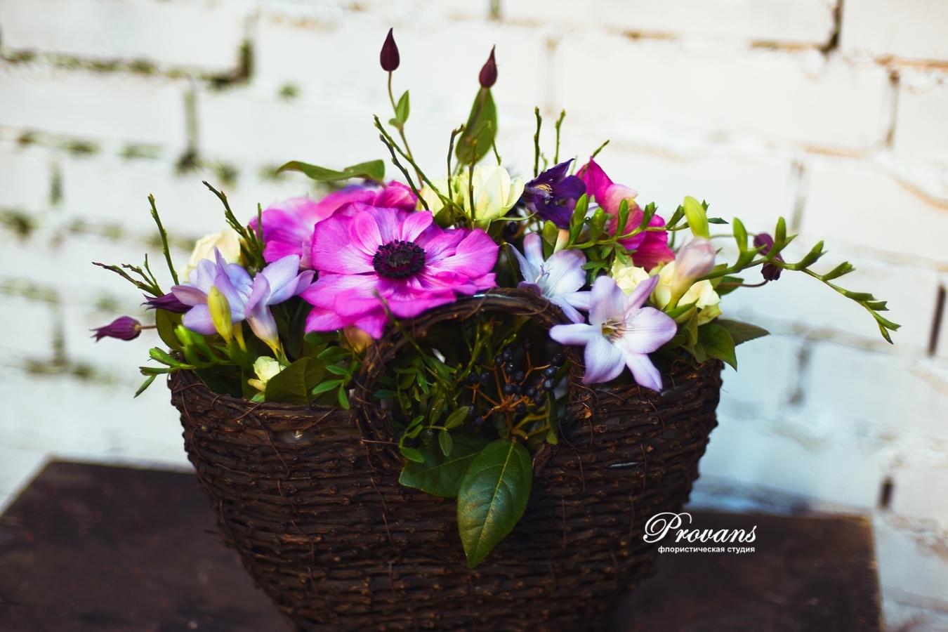 Корзина с весенними цветами. Анемоны, фрезия