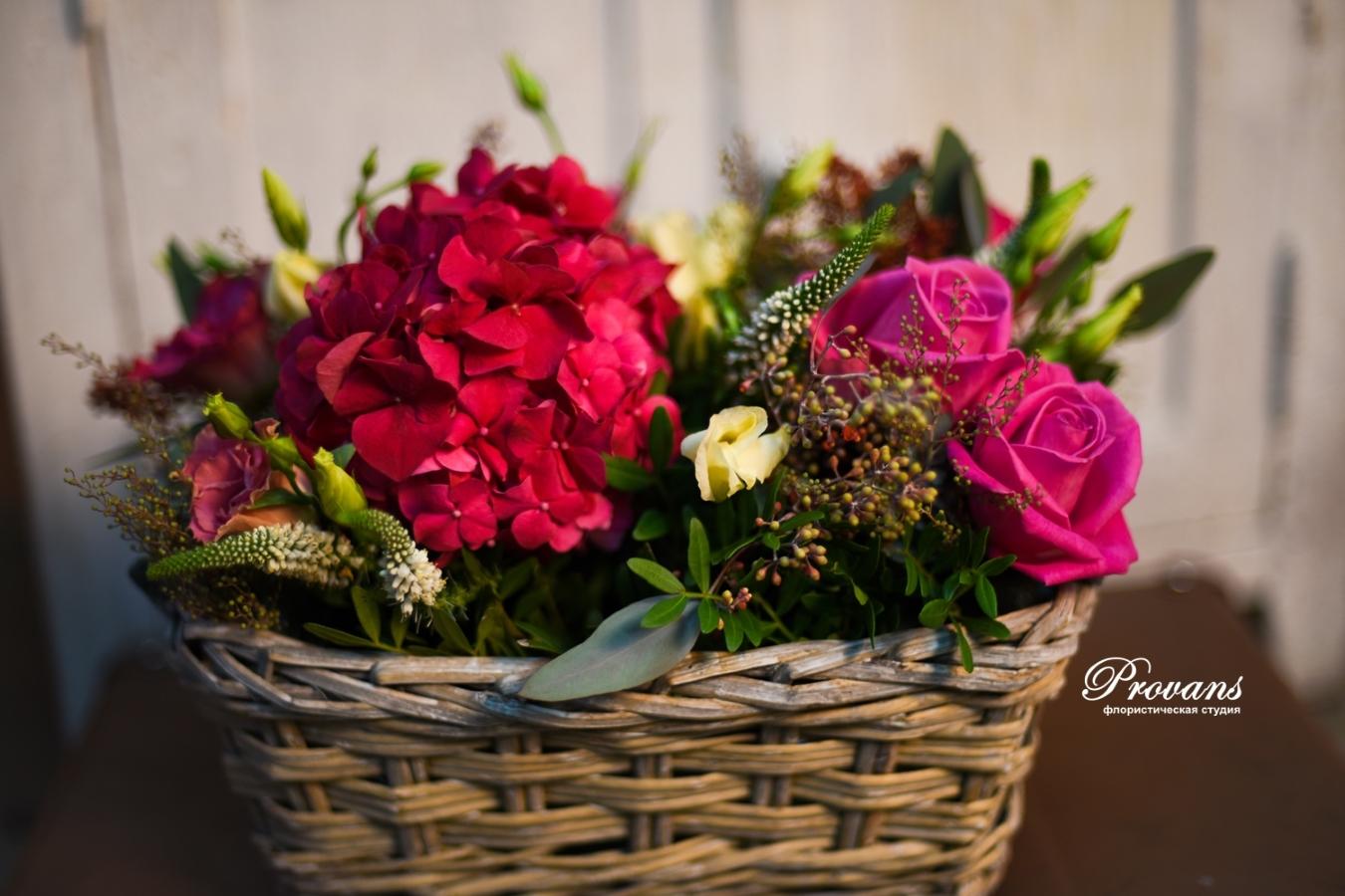 Корзина с цветами. Гортензия, розы