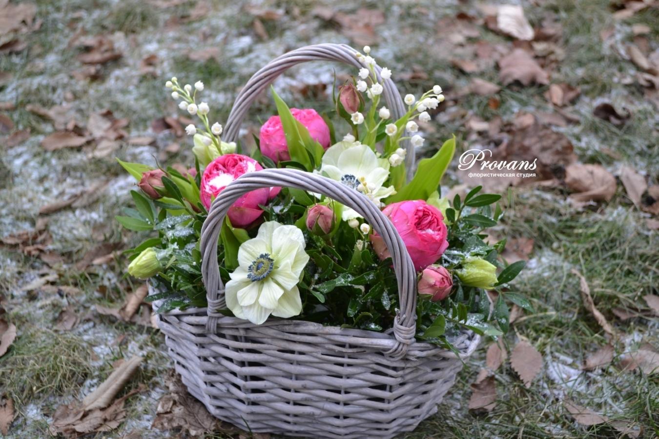 Корзина с весенними цветами. Анемоны, ландыши, пионовидная роза
