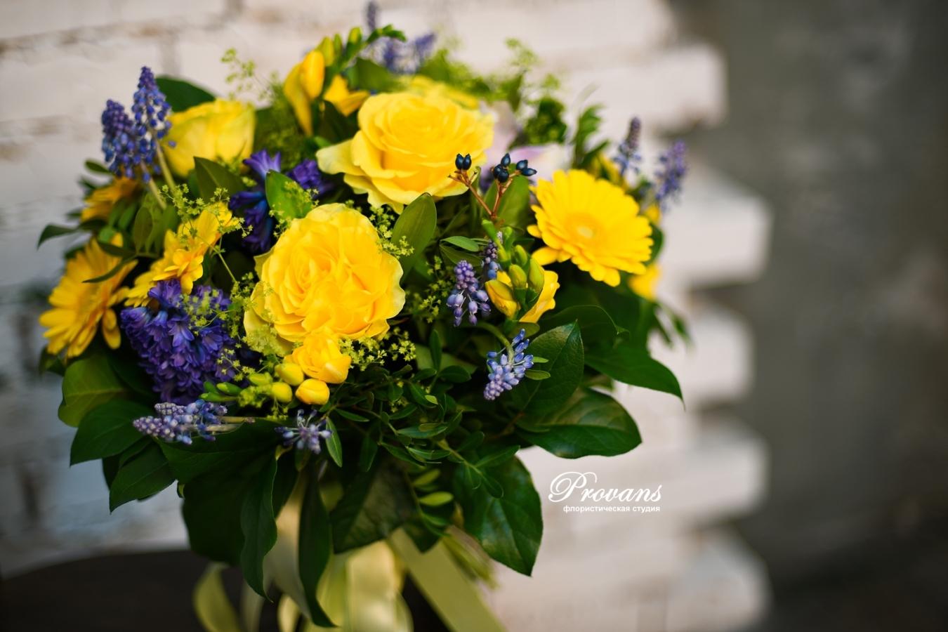 Букет на день рождения. Розы, герберы, гиацинты, фрезия, мускари