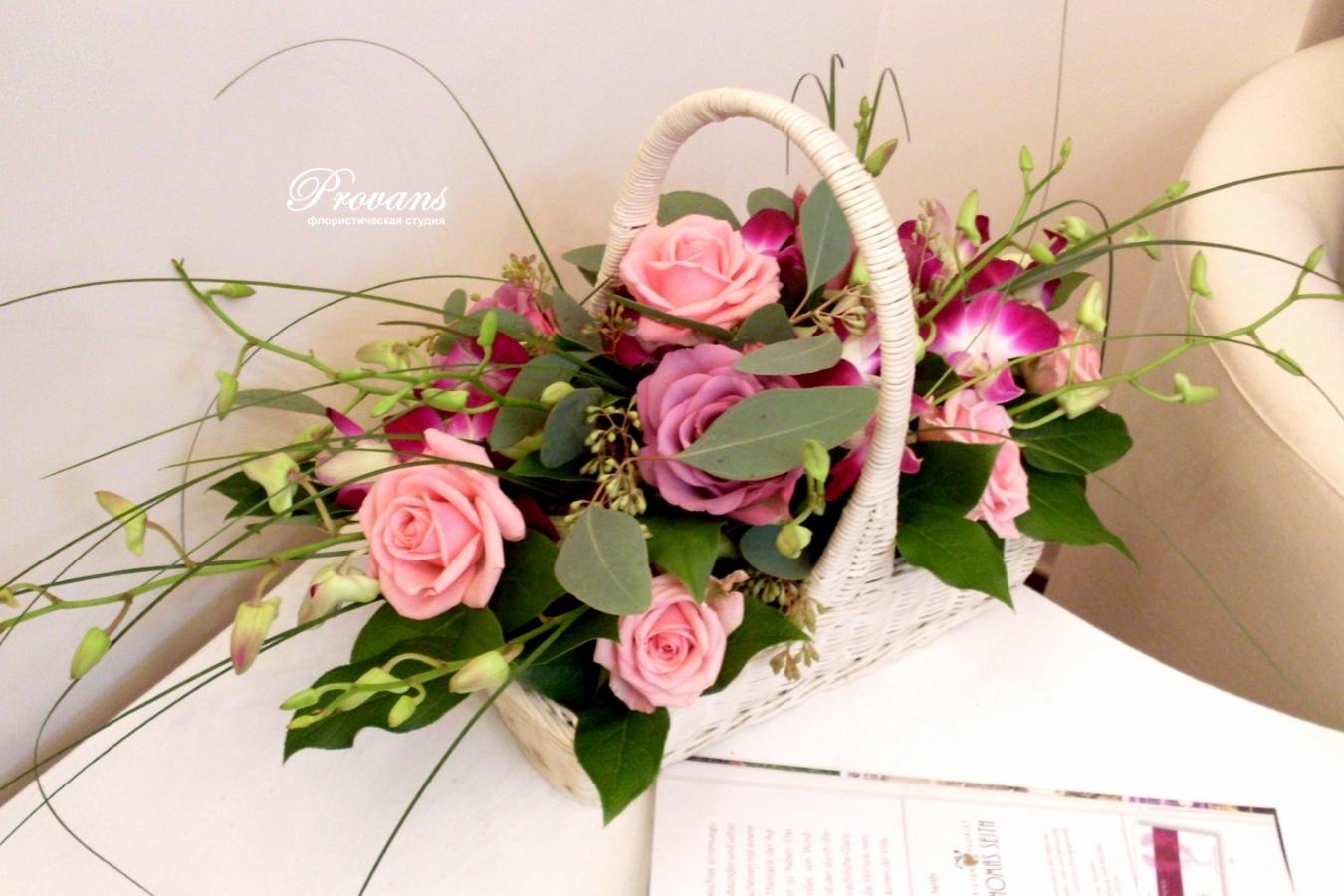 Корзина с цветами. Розы, орхидея