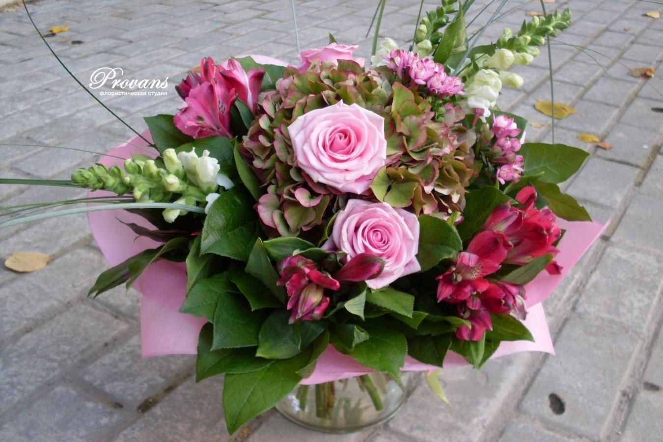 Букет на юбилей. Розы, гортензия, альстромерия, матиола