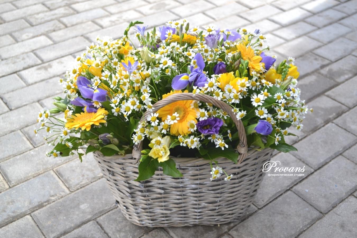 Летняя корзина с полевыми цветами. Ромашки, герберы, ирисы, фрезия