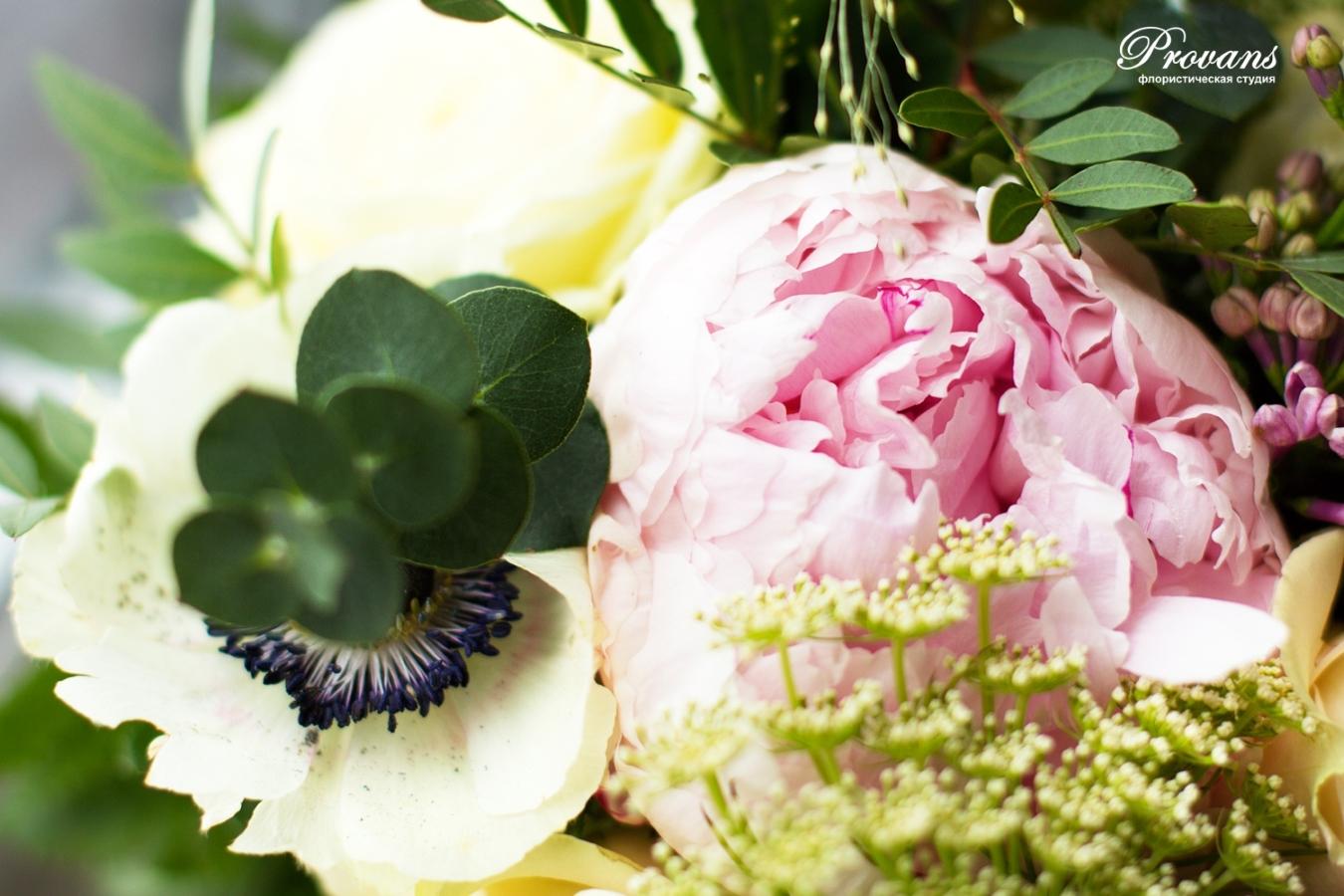 Свадебный букет. Пионы, сирень, розы, анемоны. розовый кварц, Rose Quartz