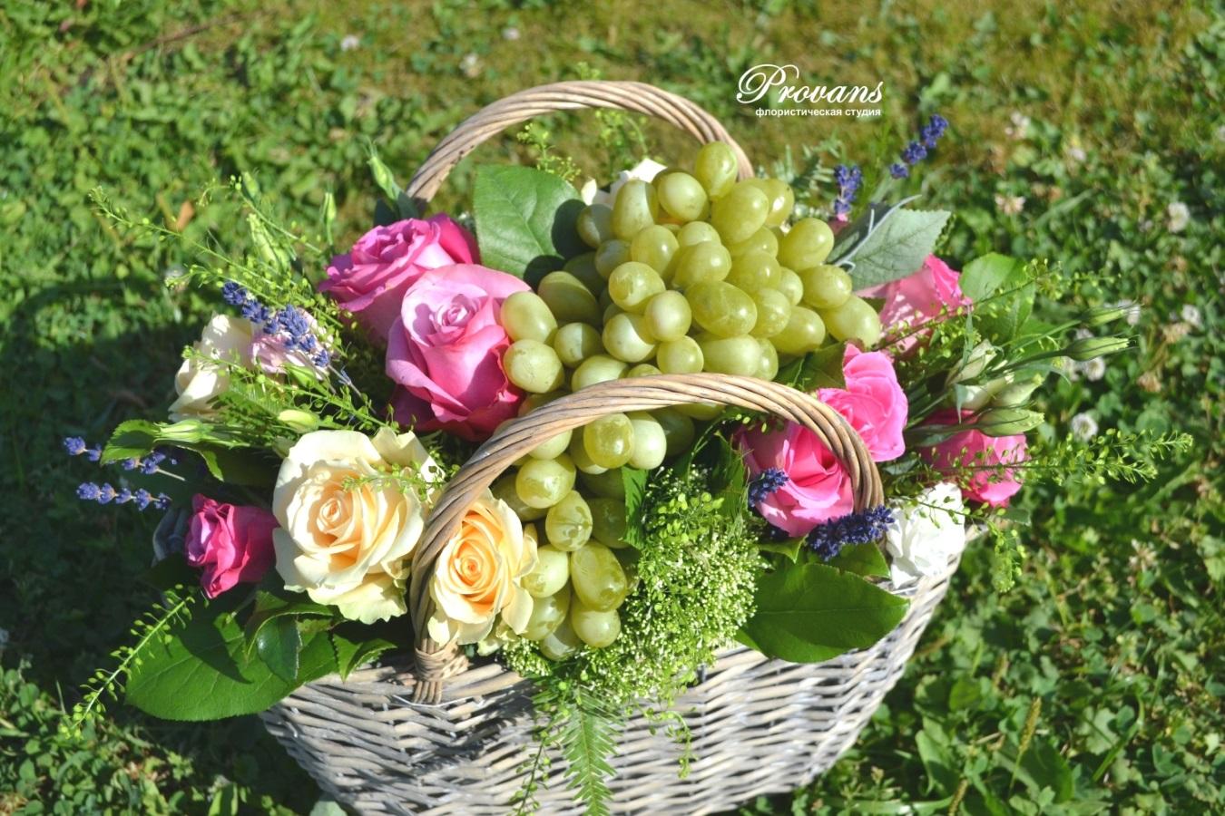 Корзина с садовыми цветами и фруктами. Розы, лаванда, эустома, виноград