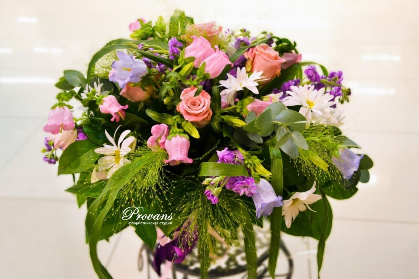 Садовый букет на деньрождения. Розы, маргаритки, матиола