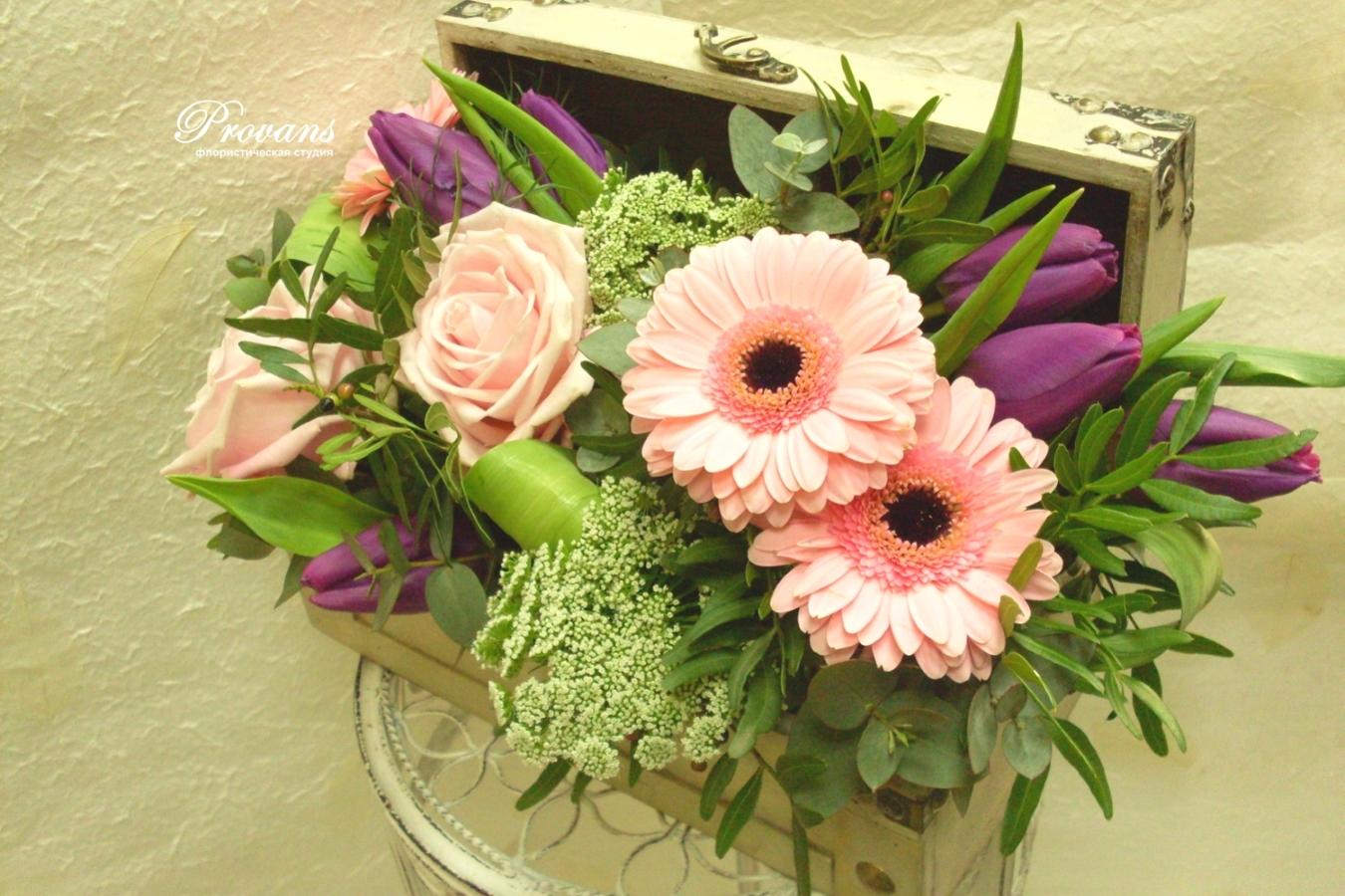 Сундучок с цветами. Герберы, тюльпаны, розы