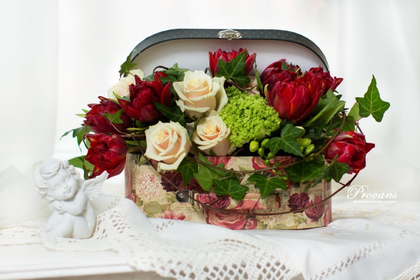 Шкатулка-саквояж с весенними цветами. Тюльпаны, розы, фрезия