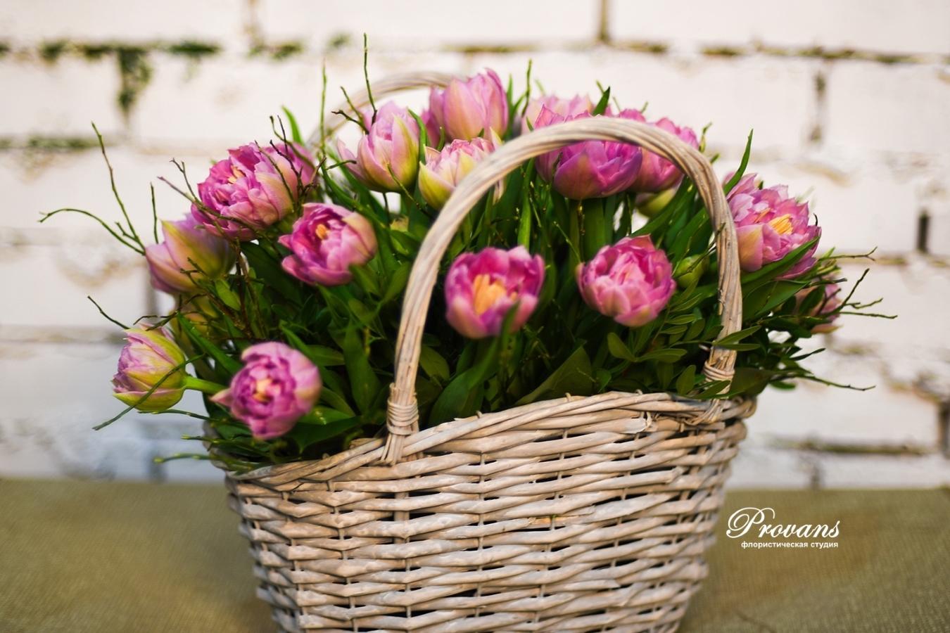 Корзина с весенними цветами. Тюльпаны