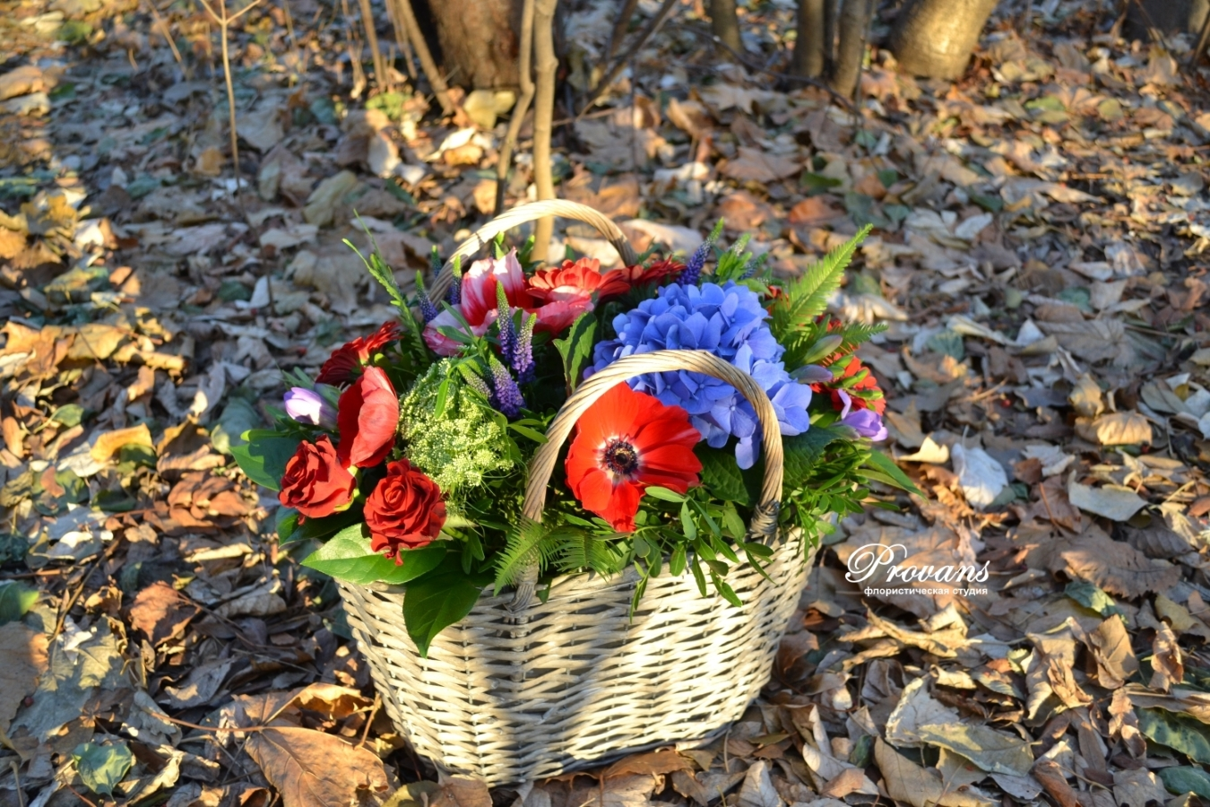 Корзина с весенними цветами. Розы, анемоны, гортензия, герберы, фрезия