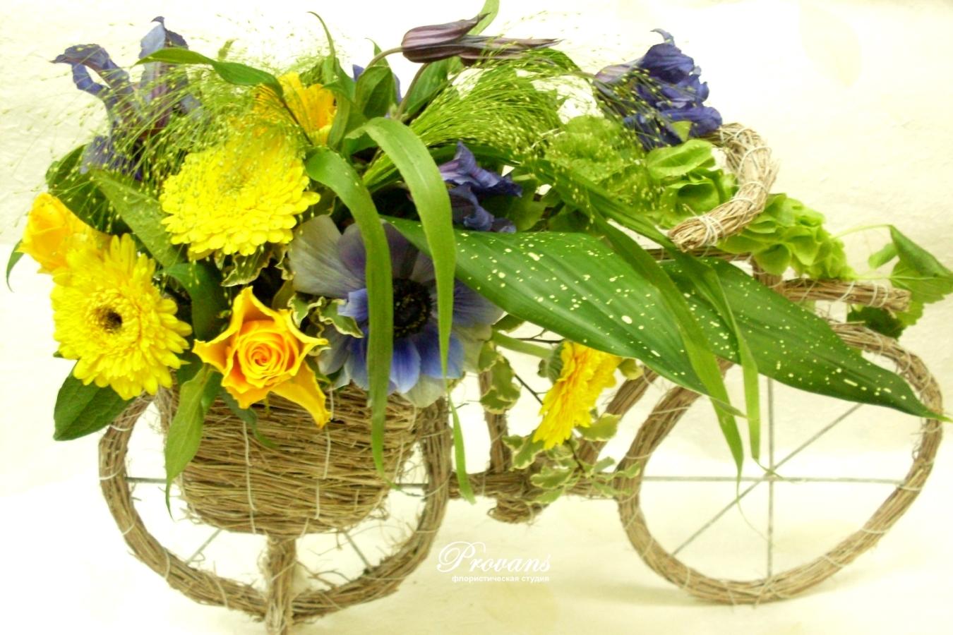 Цветы в кашпо Велосипед. Розы, герберы, анемоны