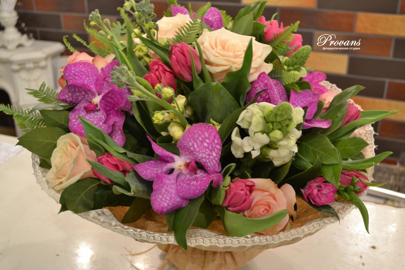 Букет для любимой. Розы, тюльпаны, фрезия, матиола