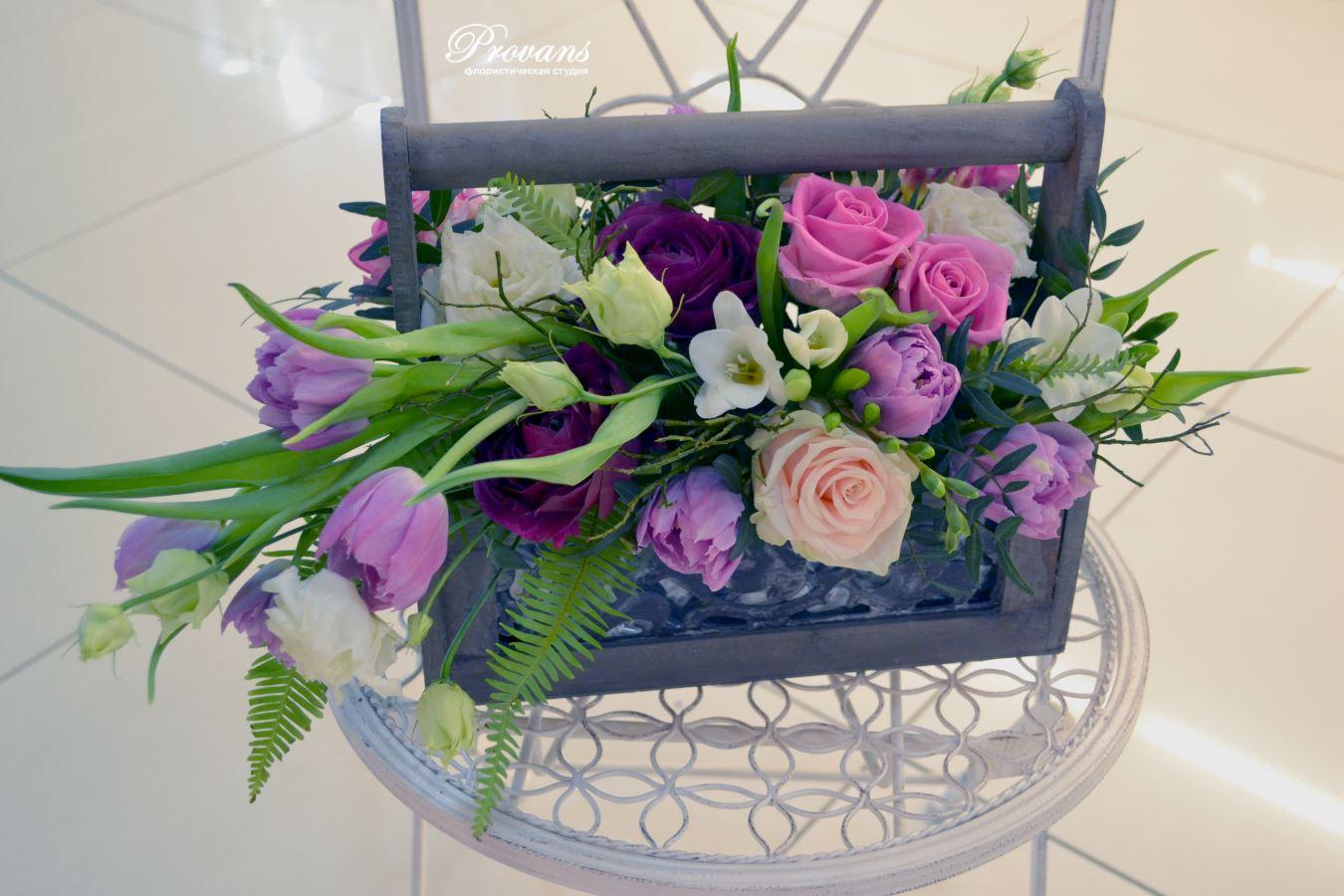 Композиция садовые цветы в деревянном ящике. Розы, тюльпаны