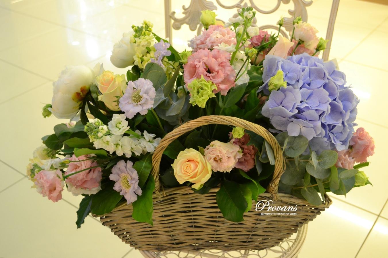 Корзина с садовыми цветами. Гортензия, матиола, пионы, розы