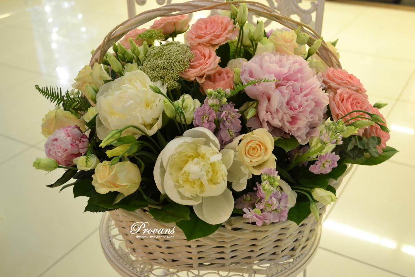 Корзина с цветами. Пионы, розы