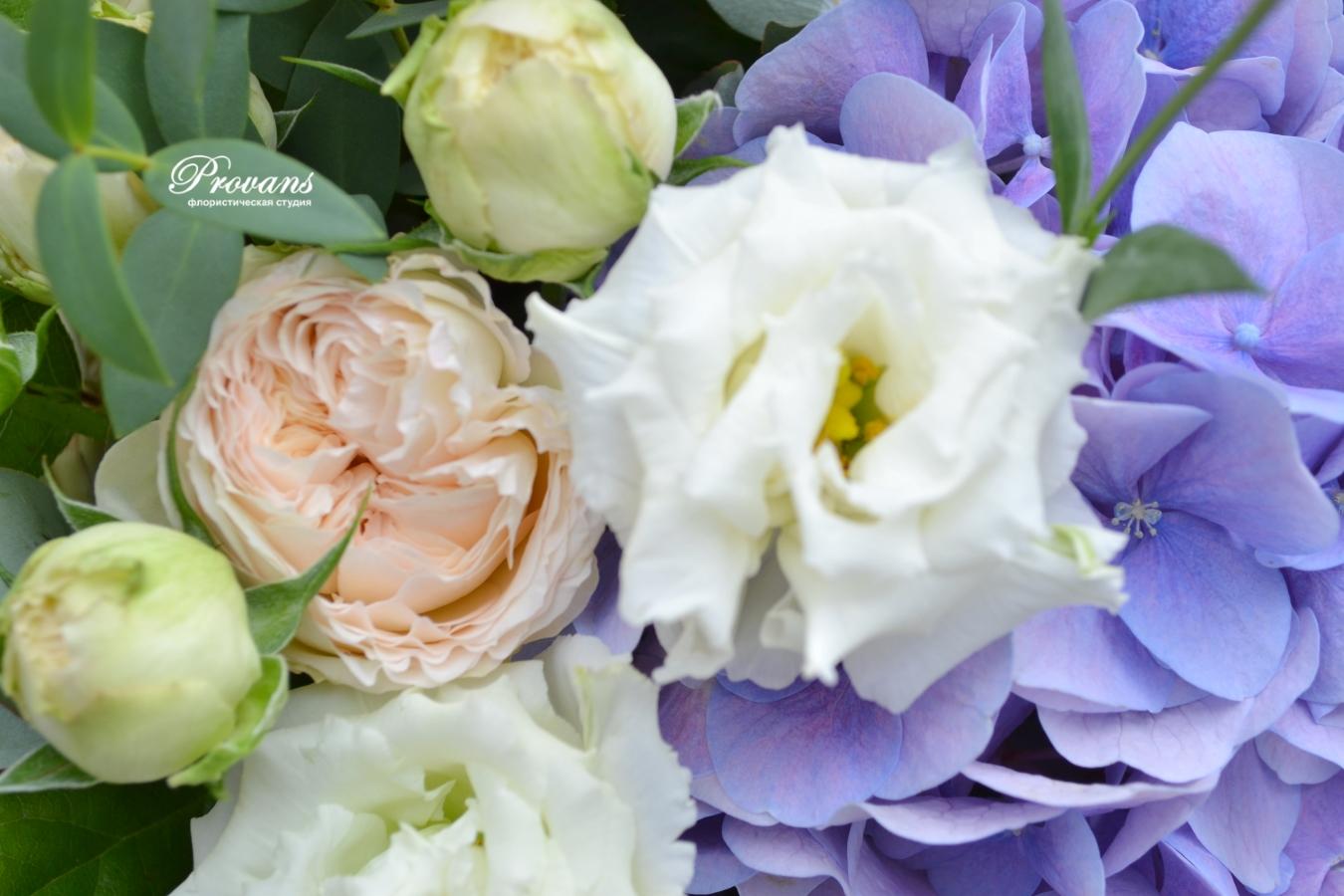 Цветы в корзине. Пионовидная роза, голубая гортензия