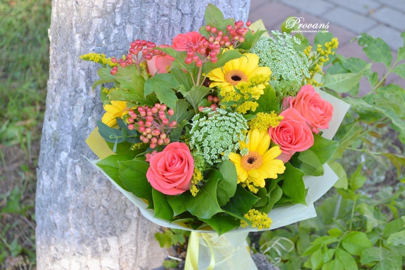 Букет в школу. Красные розы, желтые герберы, зеленый декор
