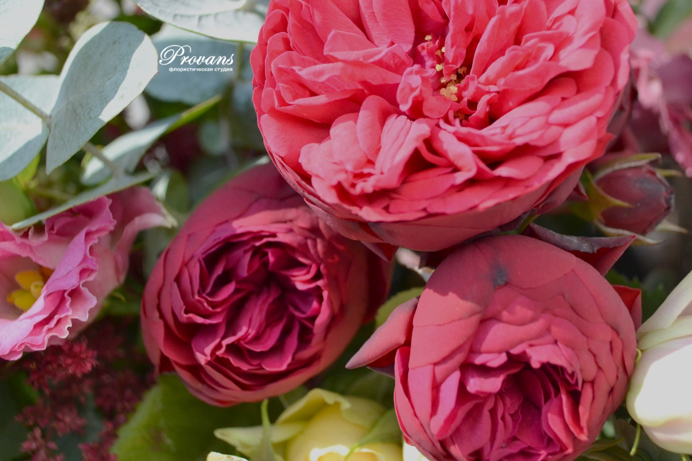 Композиция из цветов. Декоративный ящик под старину и пионовидные розы