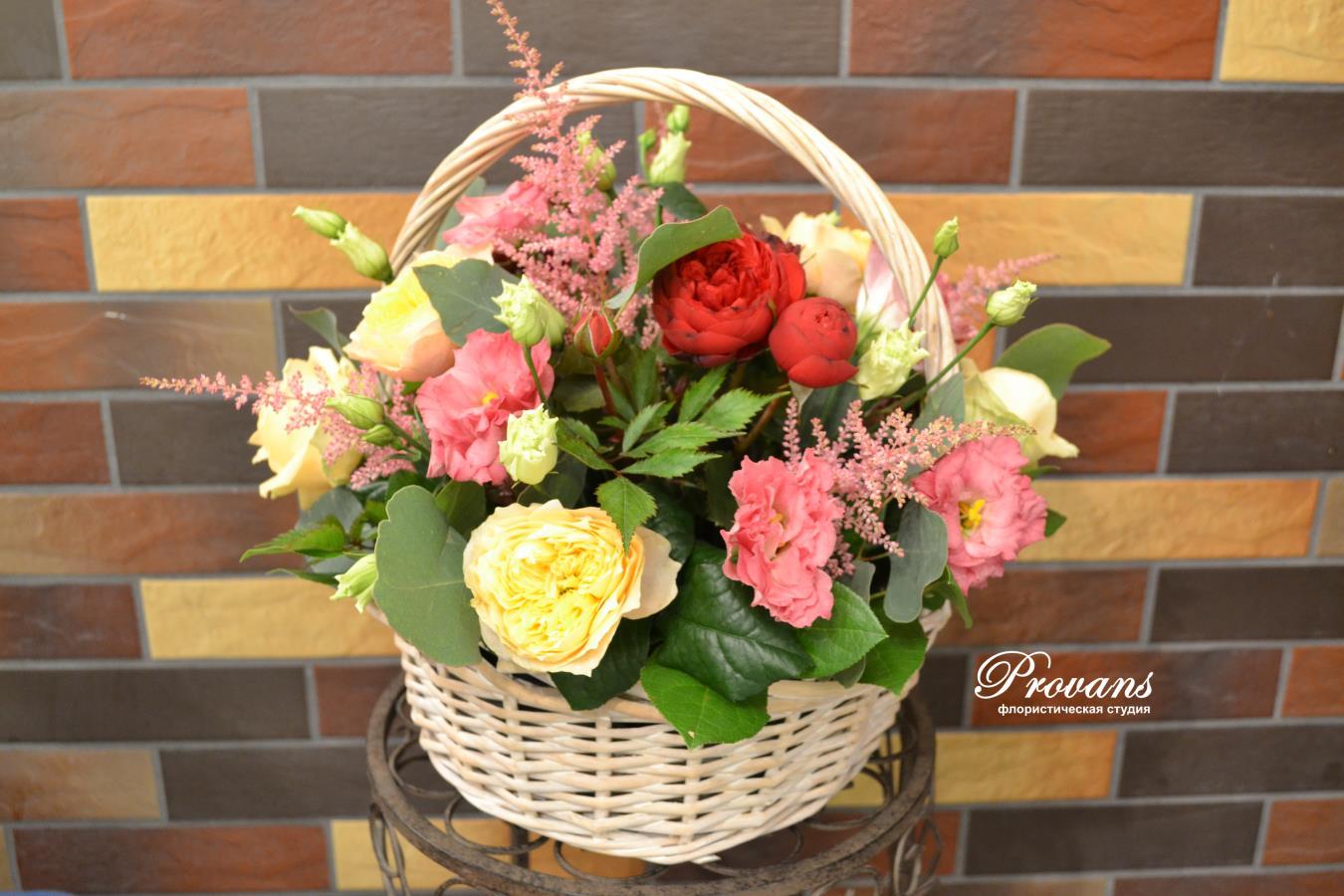 Цветы в корзине. Пионовидные розы, лизиантус, астильба