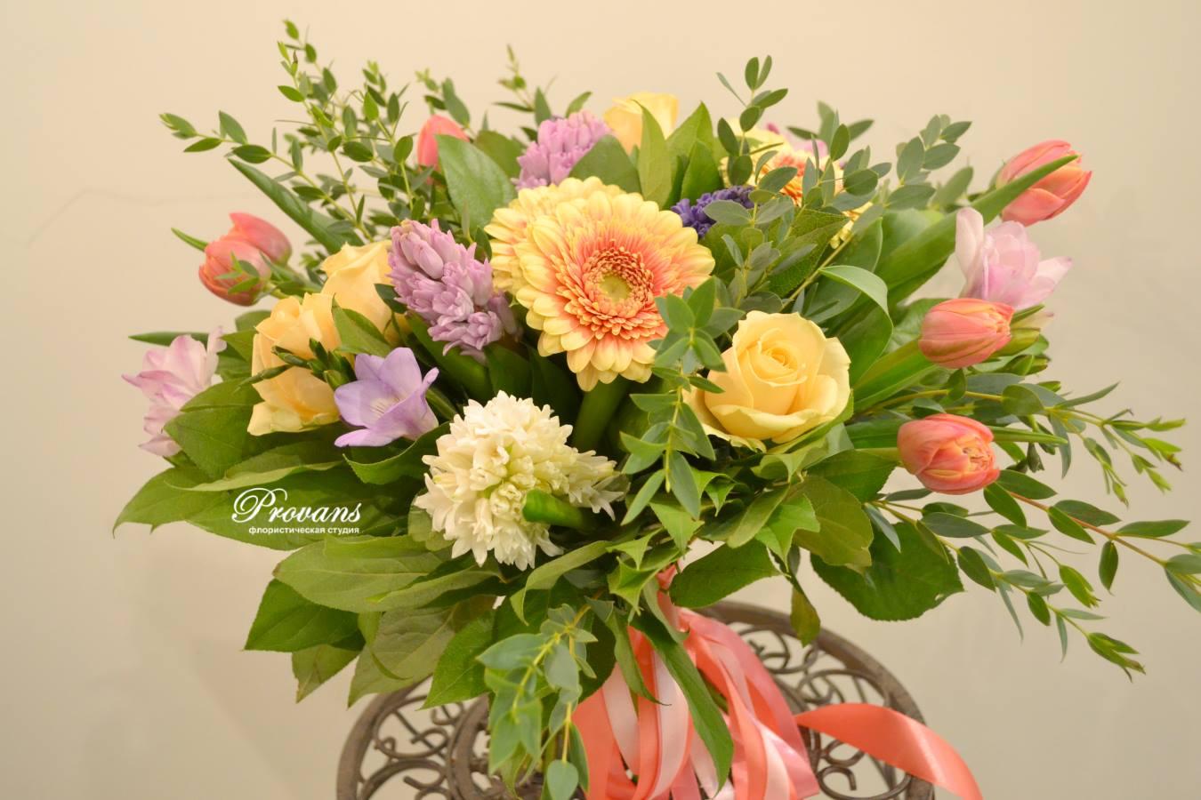 Букет 8 марта. Цветы: гербера, фрезия, розы, тюльпаны, гиацинт