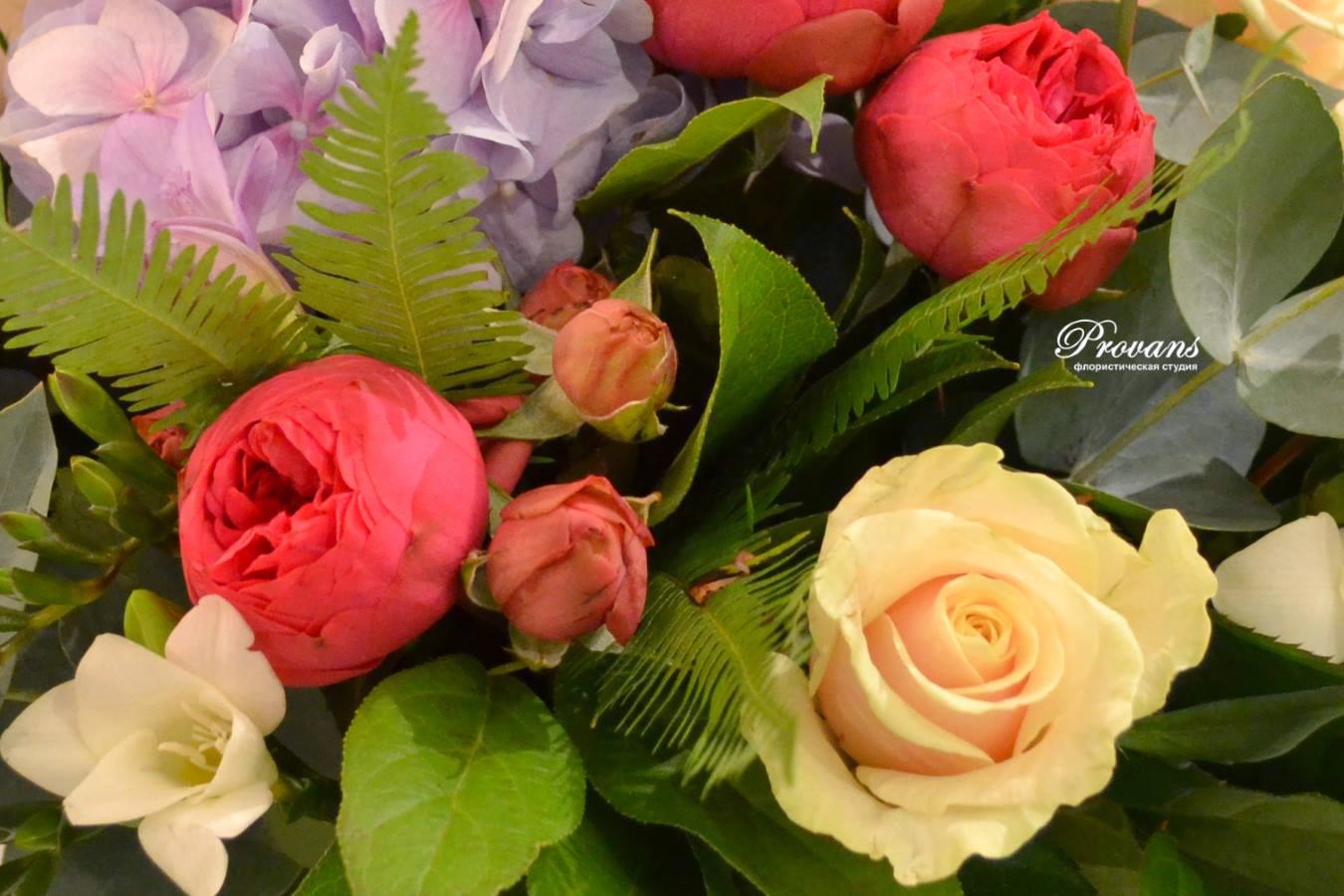 Весенний букет. Пионовидные розы, гортензия, фрезия
