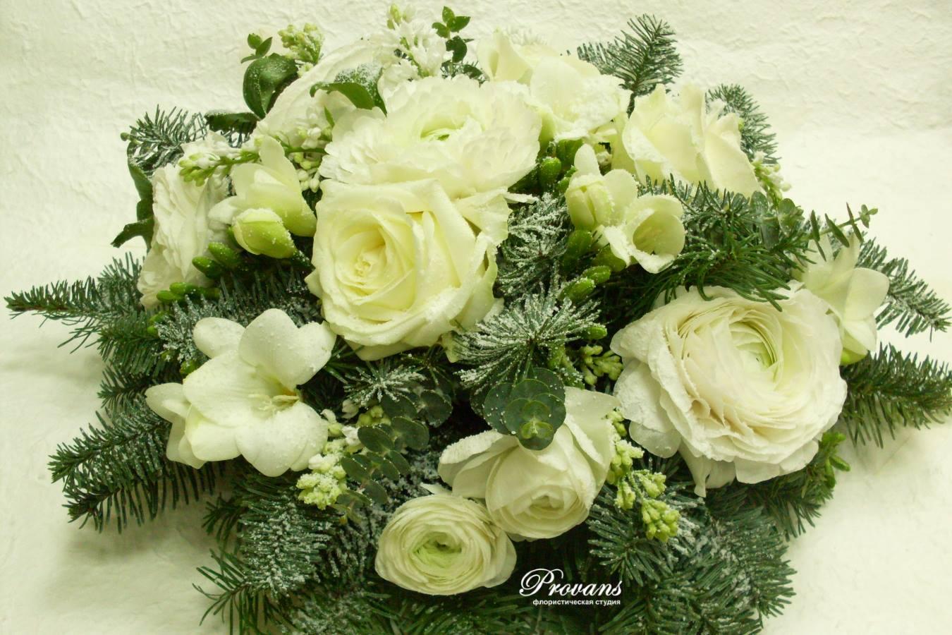 Рождественская композиция. Голубая ель, живые цветы, розы, сирень