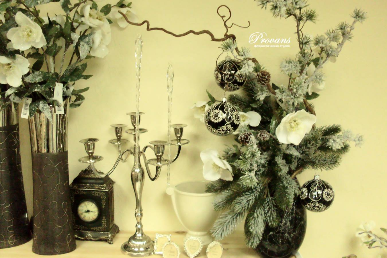 Новогодняя композиция. Искусственная ель, цветы, декор