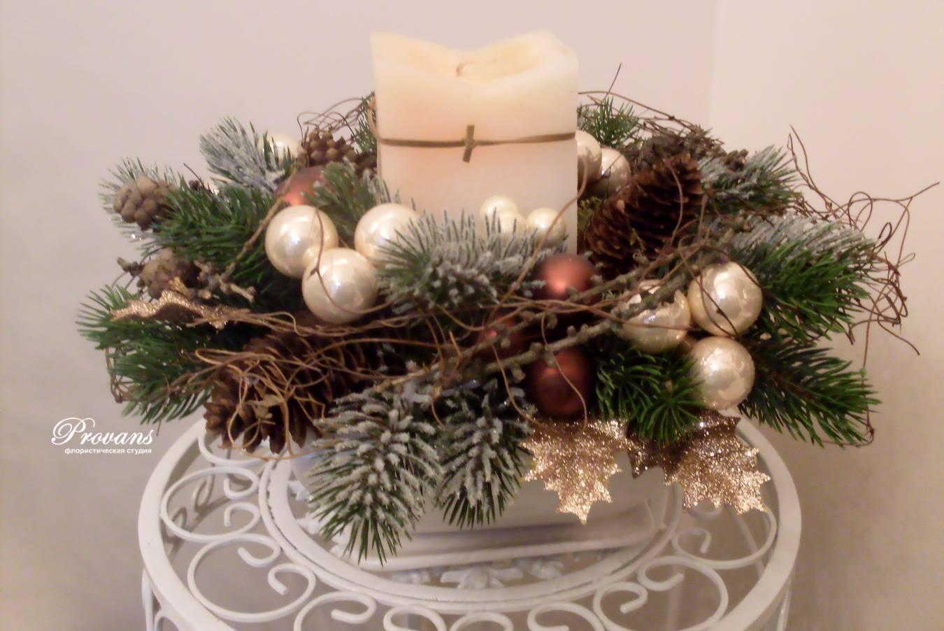 Украшение на рождество. Искусственная ель, свеча, шишки