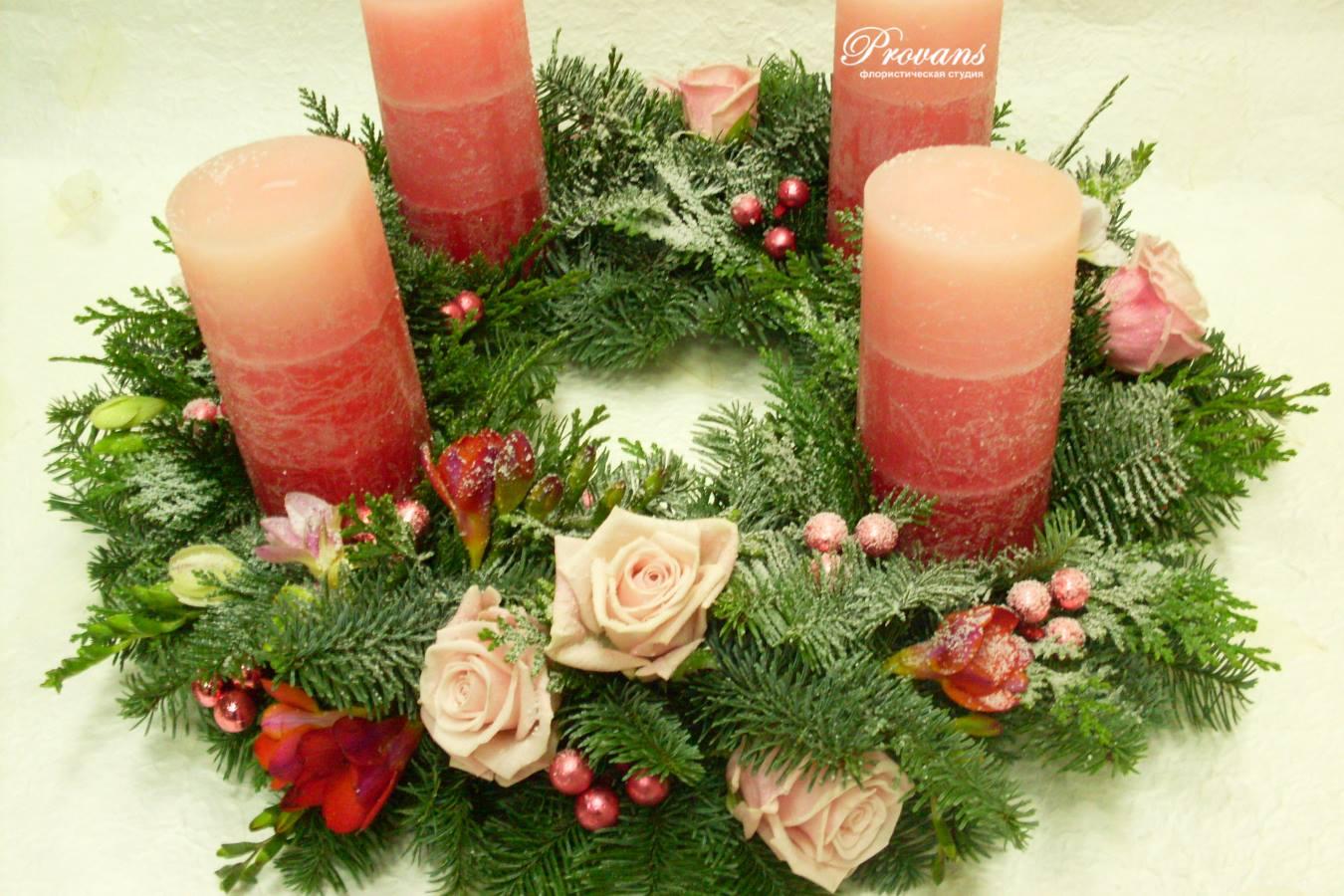 Новогодний венок со свечами. Голубая ель, живые цветы, розы