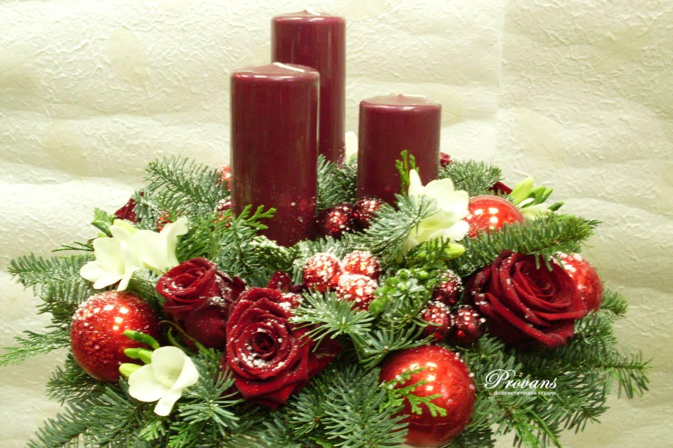 Новогодняя композиция из искусственной ели с цветами
