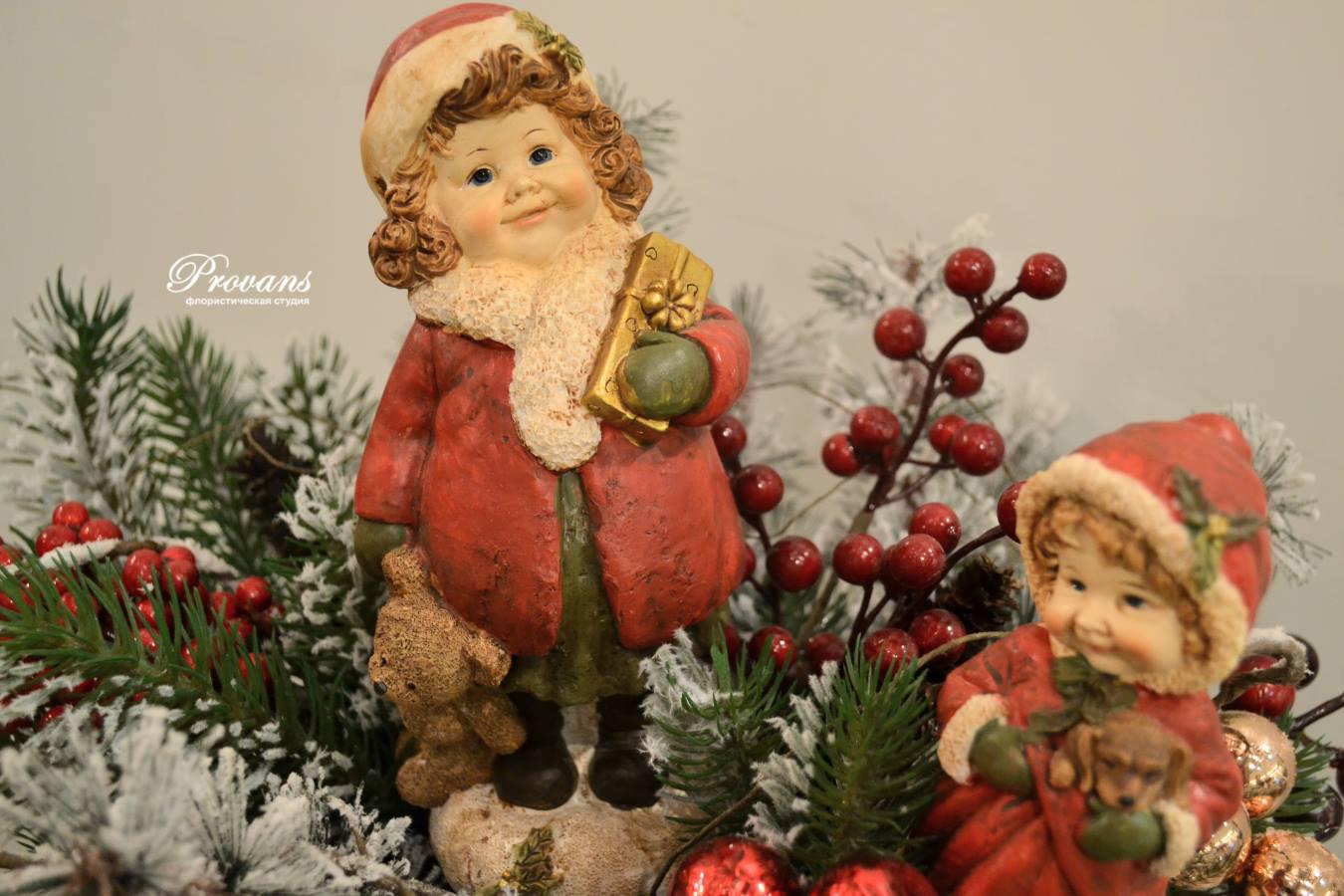 Рождественская композиция из искусственной ели со снегом
