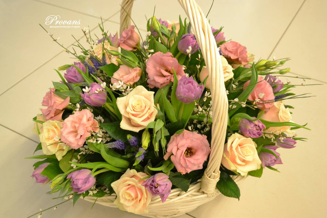 Корзинка с весенними цветами. Розы, тюльпаны