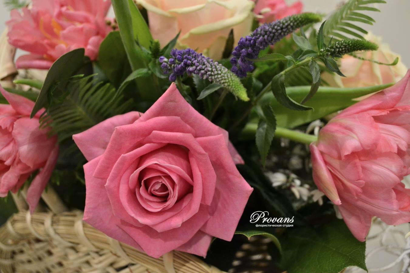 Букет в корзине Розолинда. Цветы: роза, тюльпаны