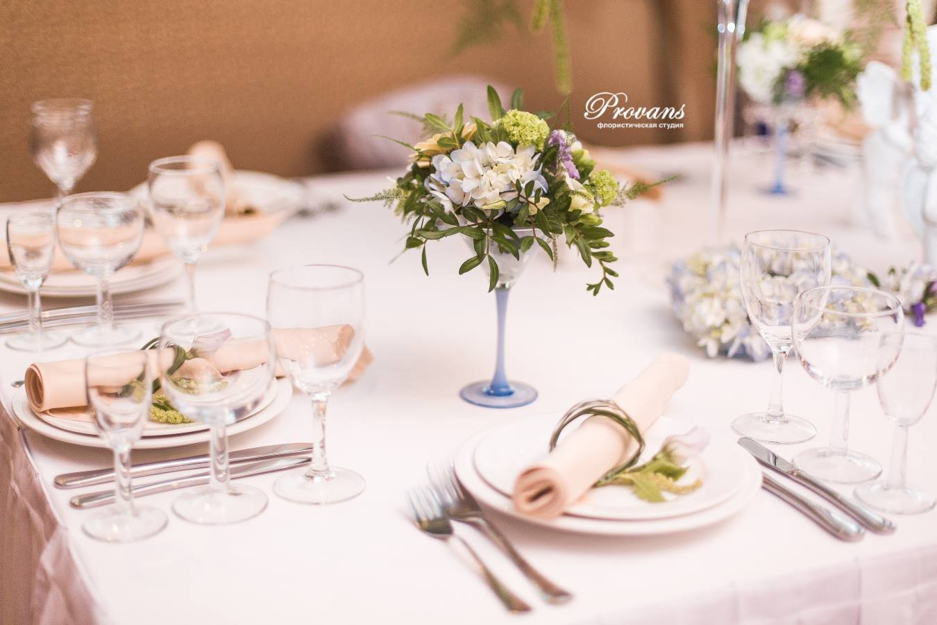 Свадебное оформление банкетного зала. Композиции на стол молодоженам