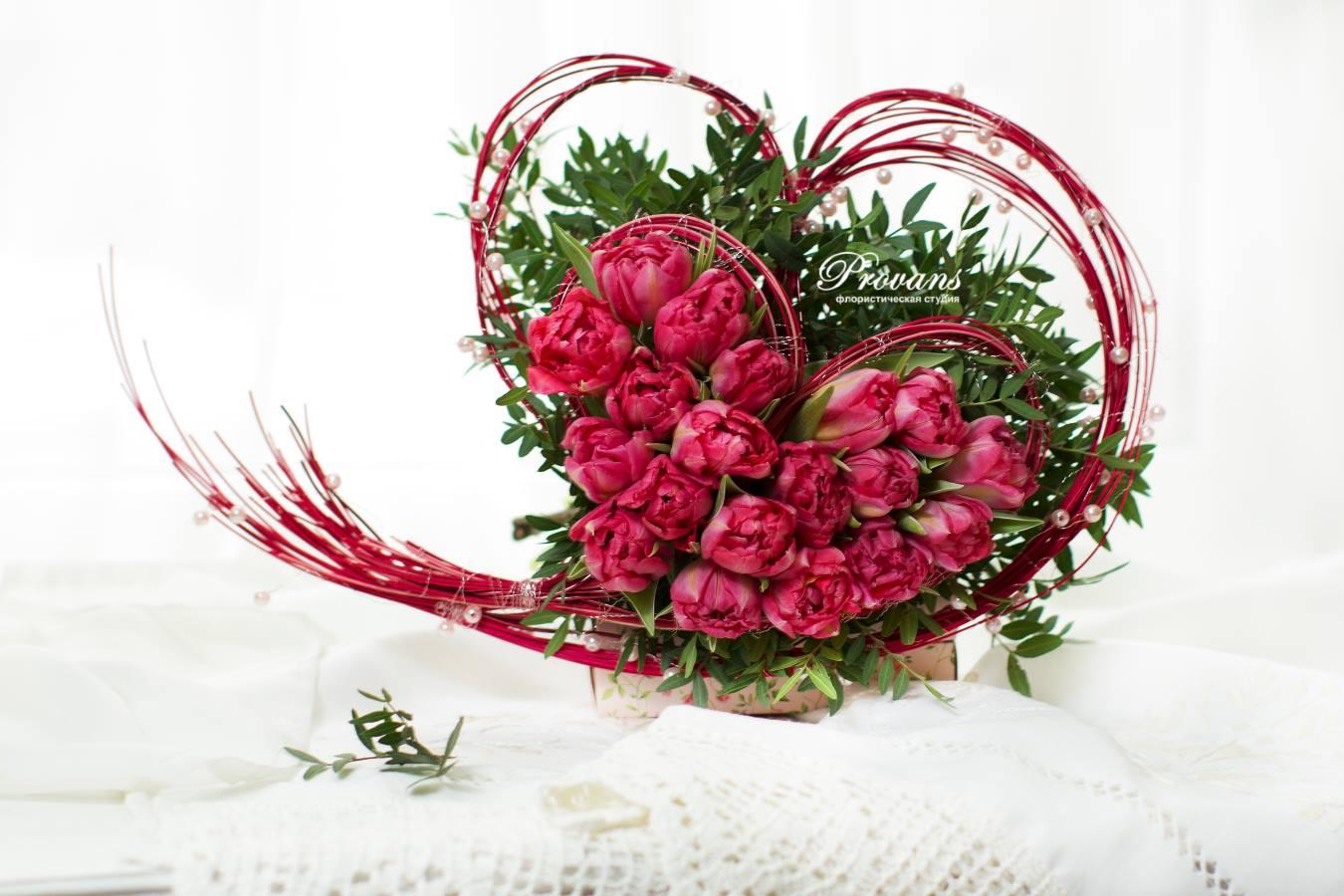 Букет на день всех влюбленных Я люблю тебя. Два сердца из тюльпанов