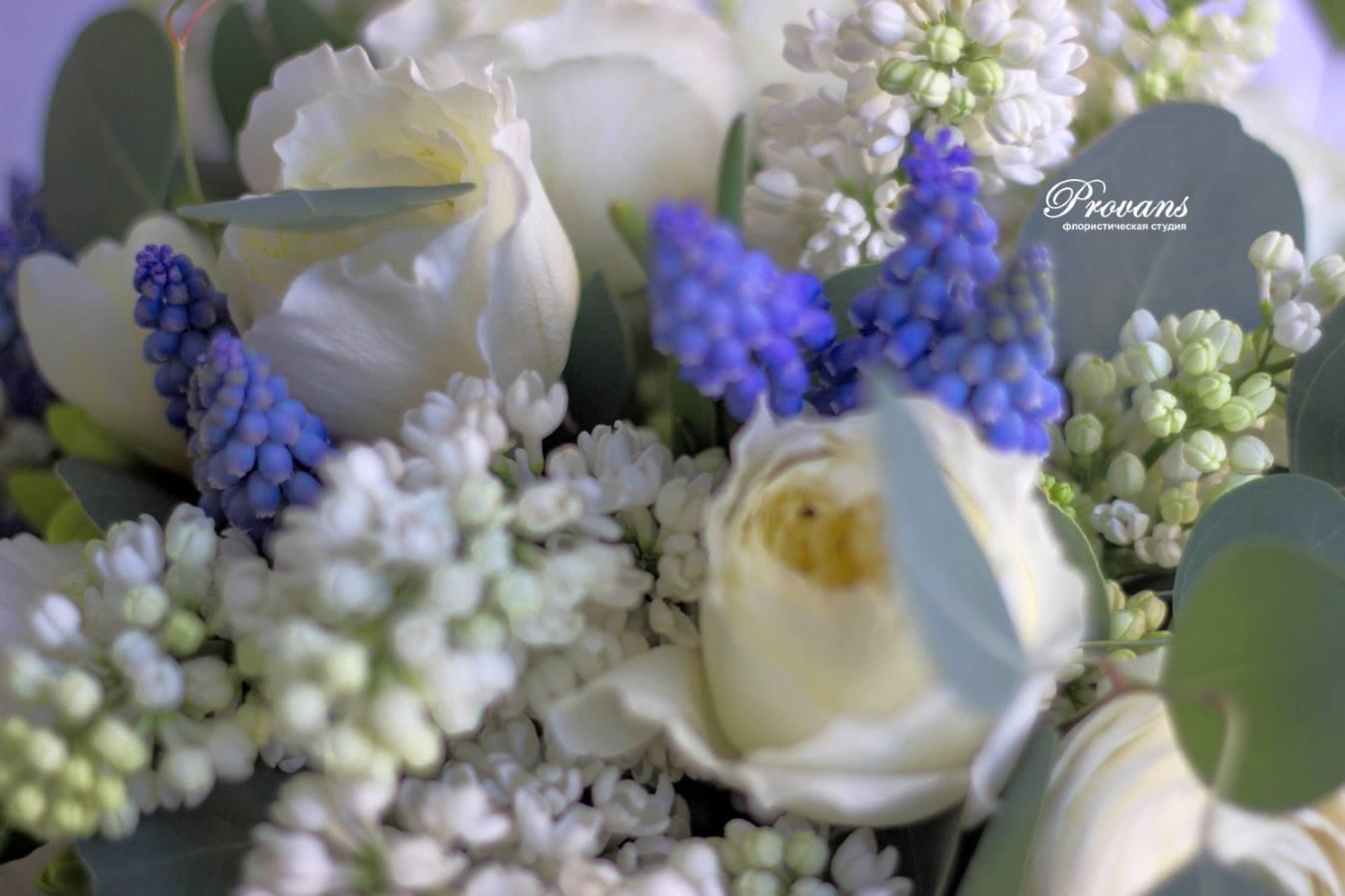 Букет невесты. сирень, лютики, мускари, фрезия