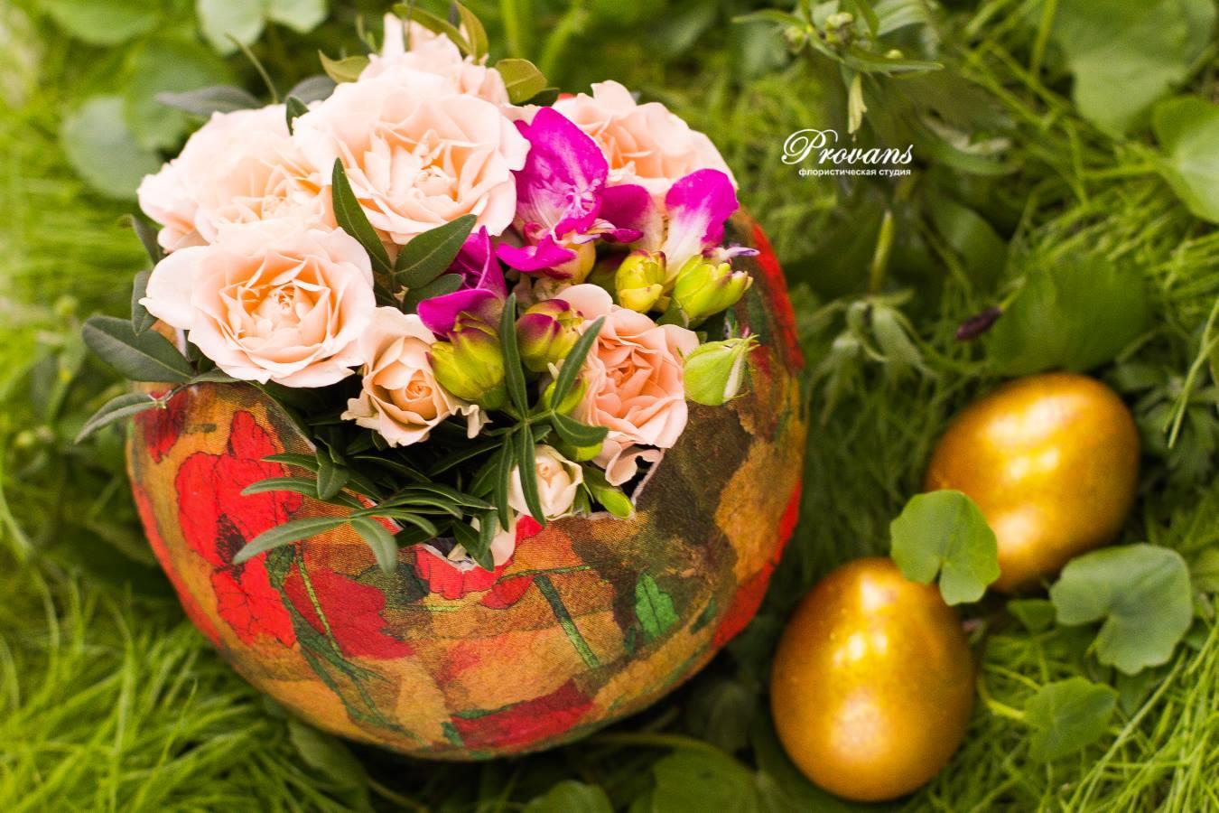 Композиция на Пасху. Цветы: розы, фрезия