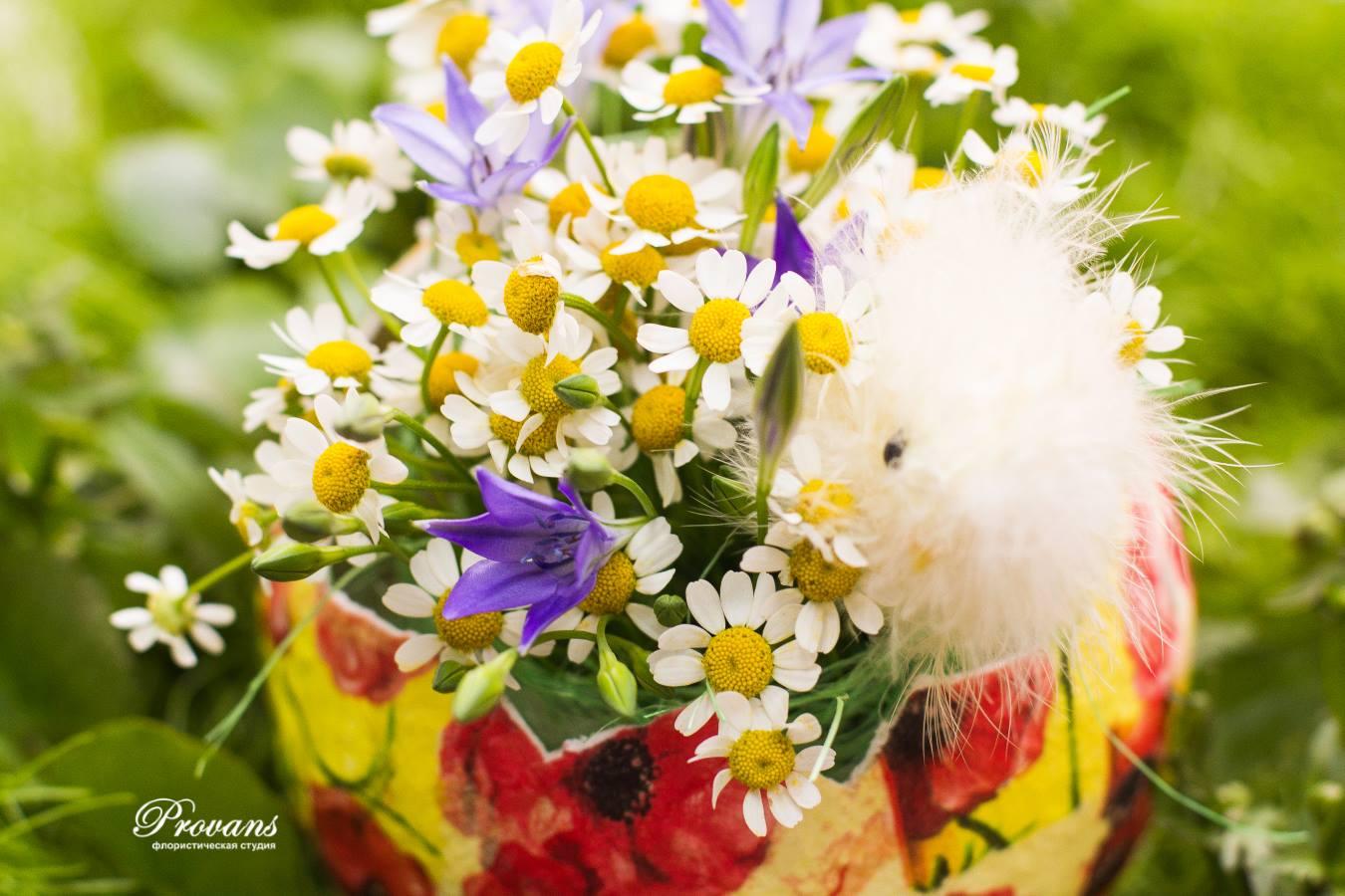 Композиция на Пасху. Цветы: ромашки, бродея