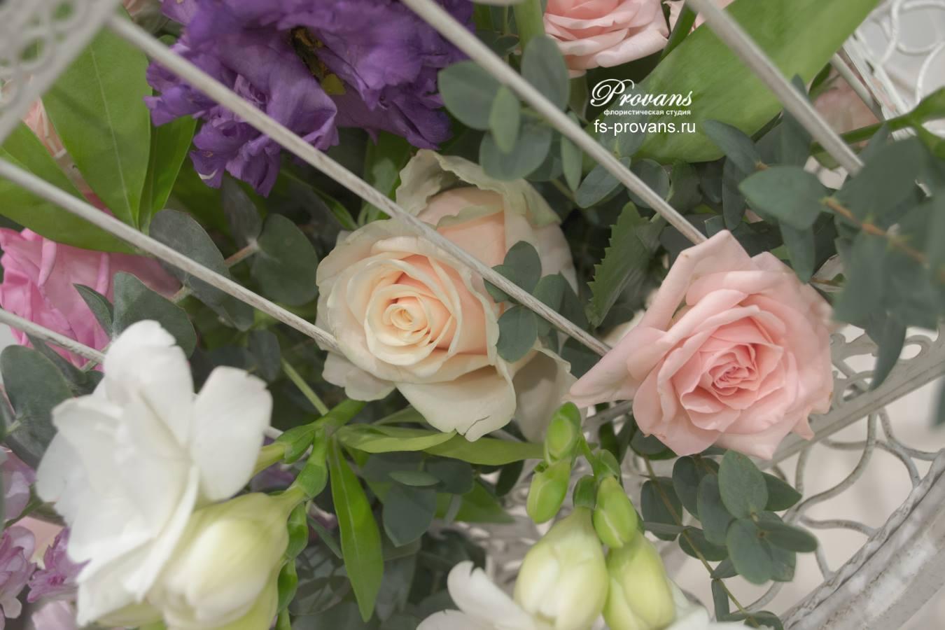 Цветы в клетке. Роза, матиола, фрезия, тюльпаны