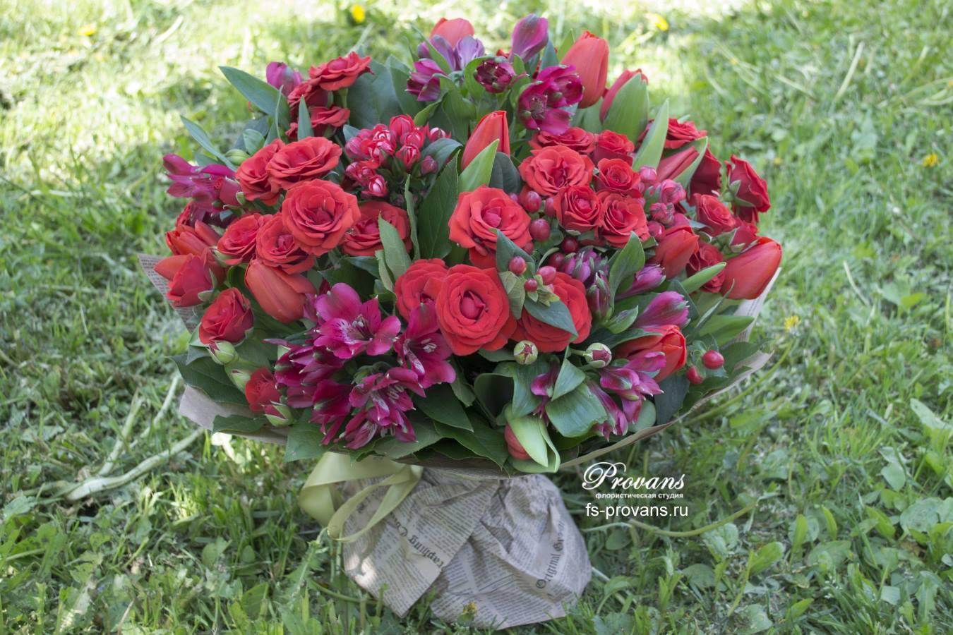 Красный букет. Кустовая роза, альстромерия, тюльпаны
