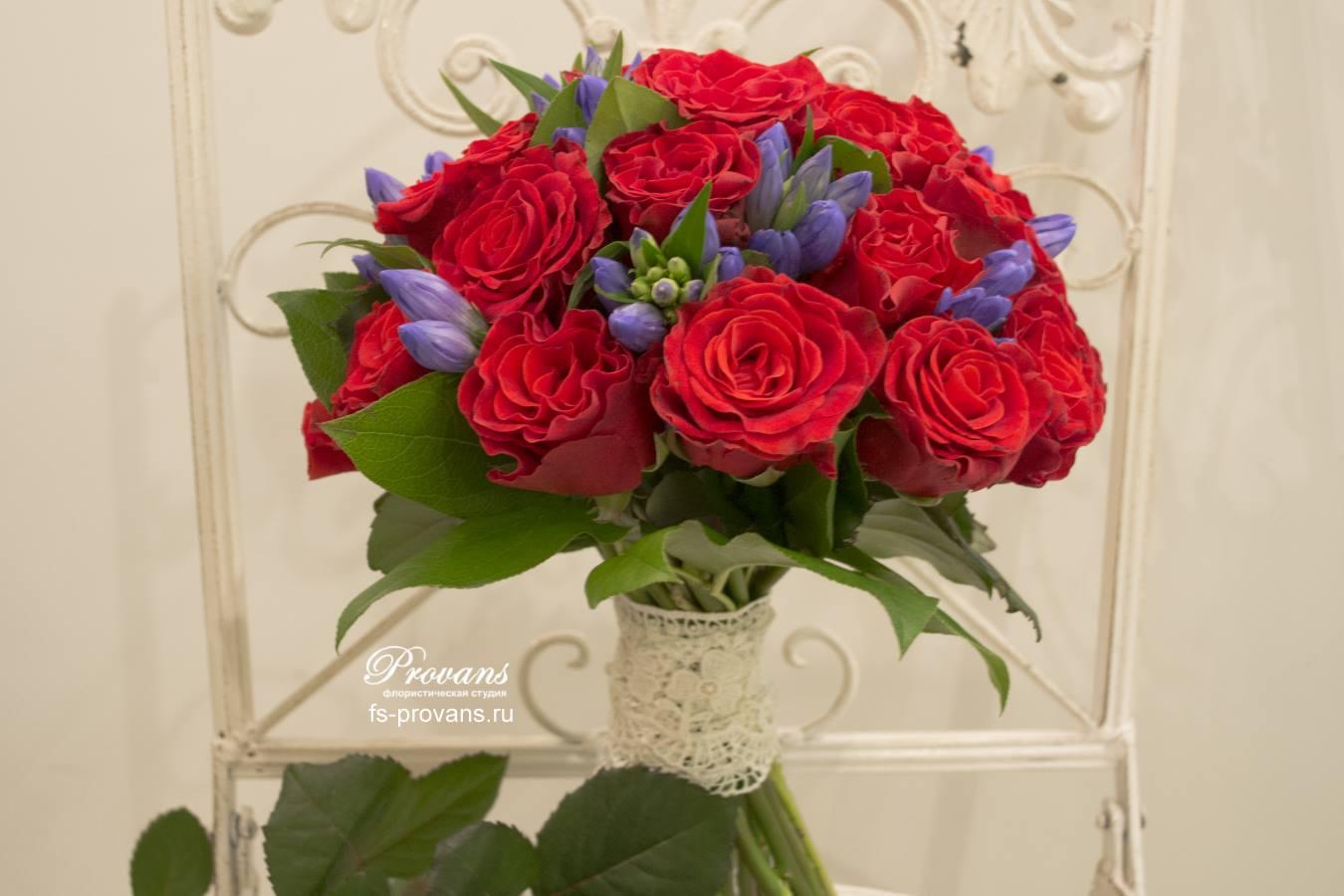 Букет невесты красно синий