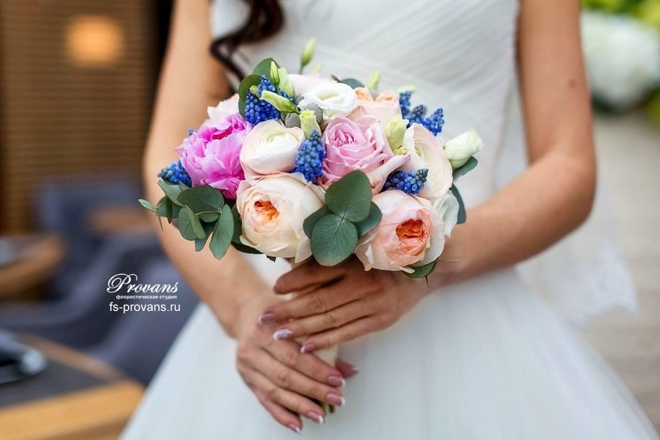 Букет невесты. Ароматная роза, мускари, лютики, эустома
