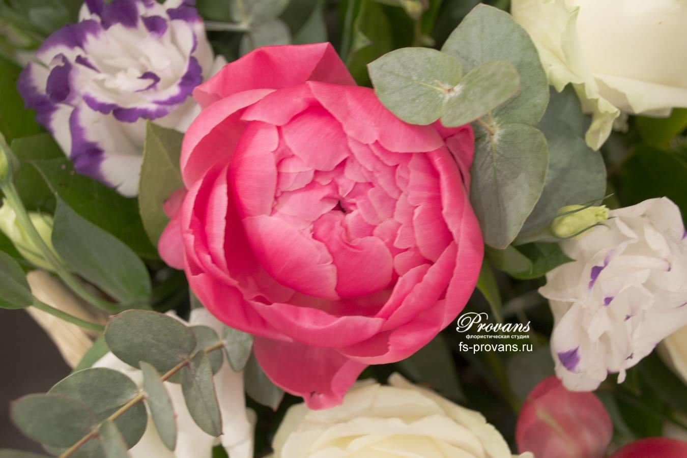 Корзинка с цветами. Пионы, эустома, роза