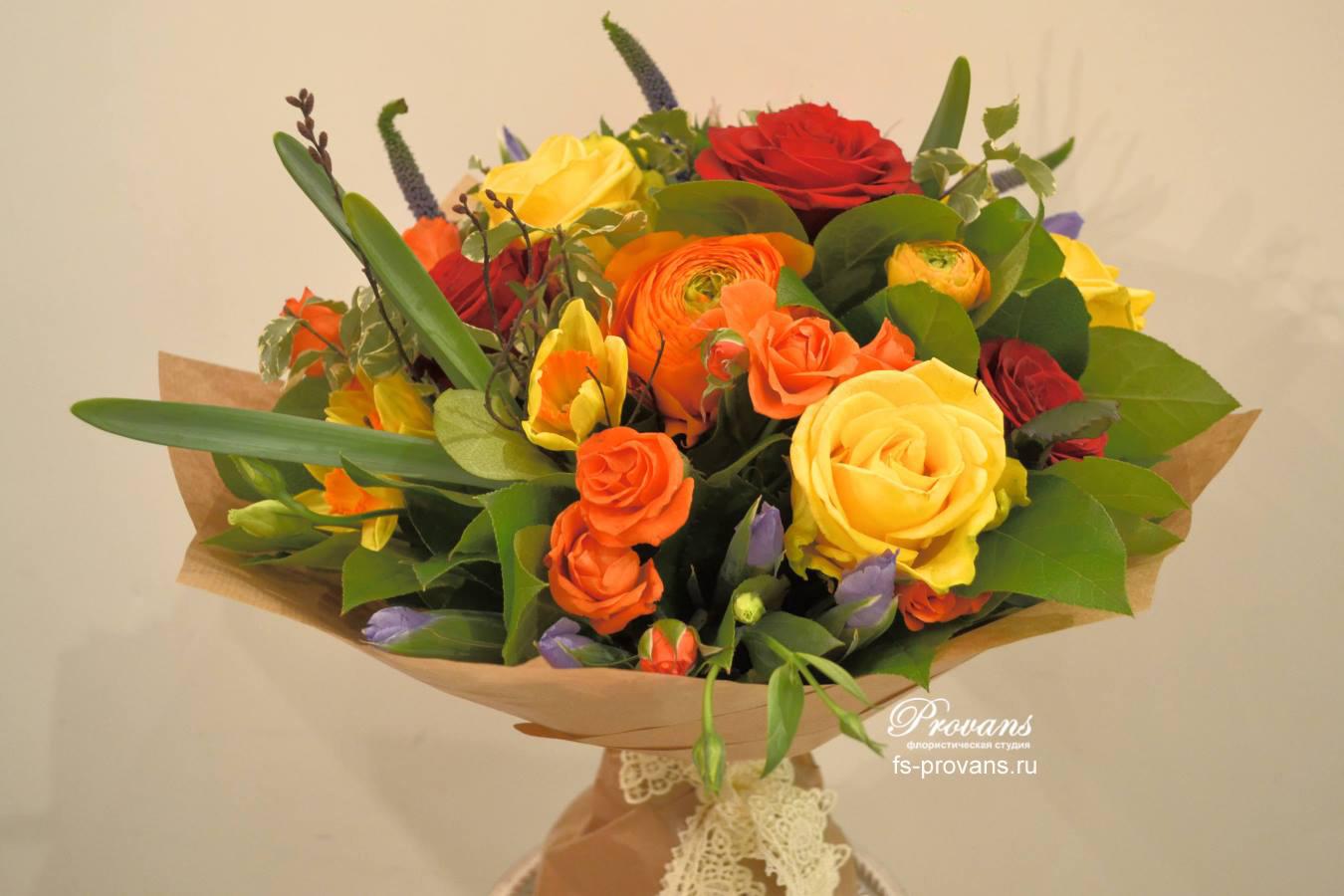 Весенний букет Первоцветы. нарциссы, розы, ирисы, лютики