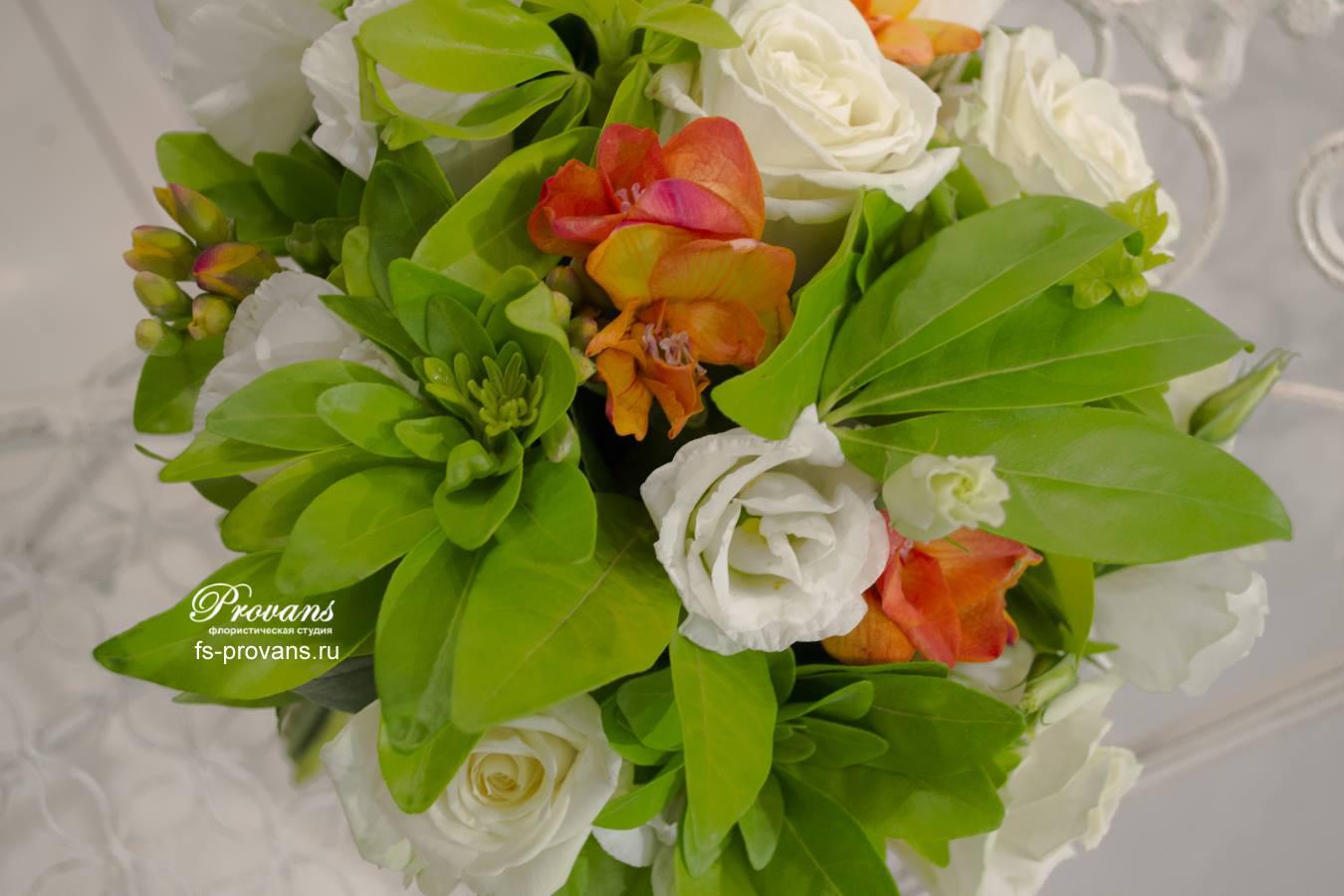 Свадебный букет Юная невеста. Роза, фрезия, душистый горошек