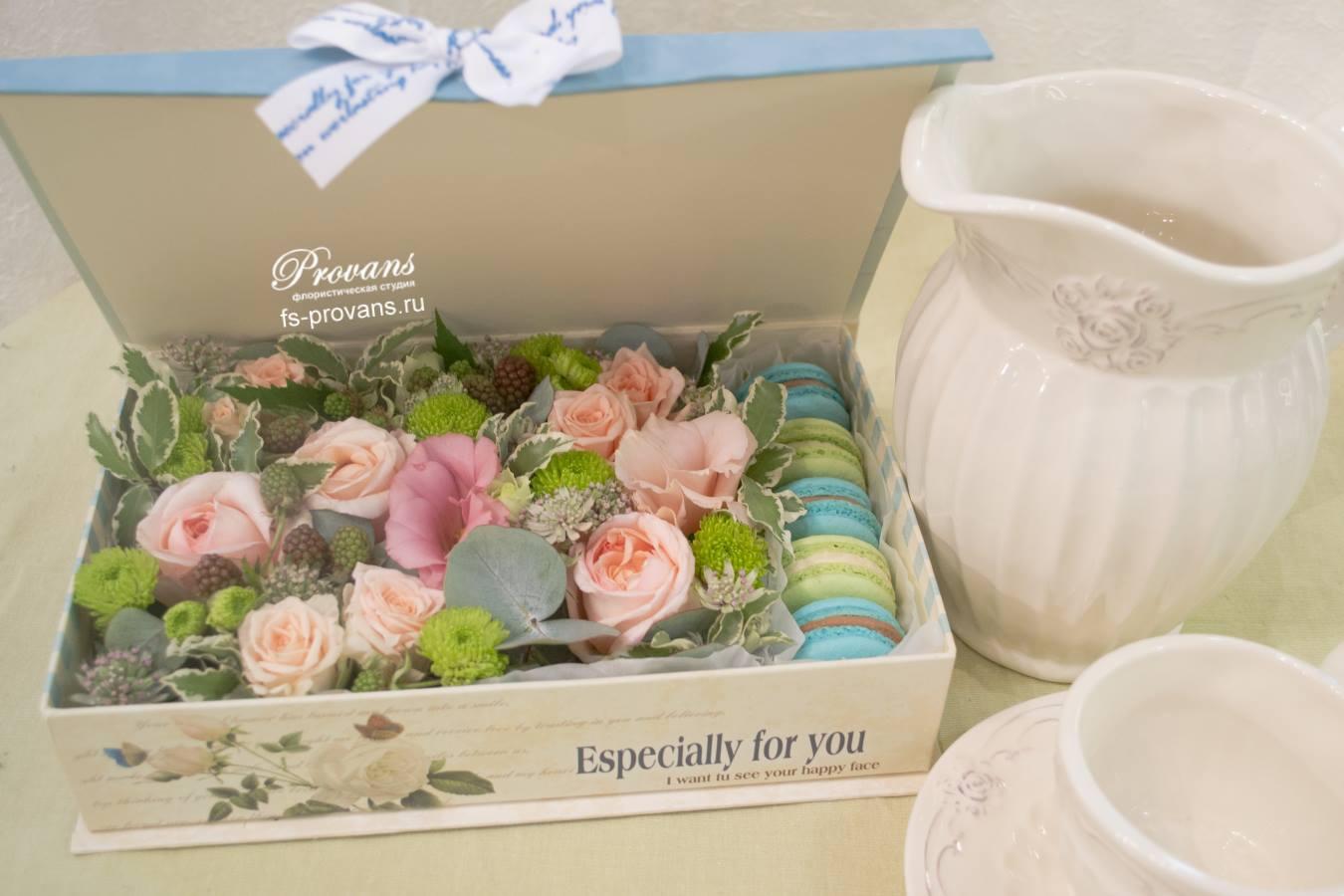 Цветы и сладости Macaron в коробке