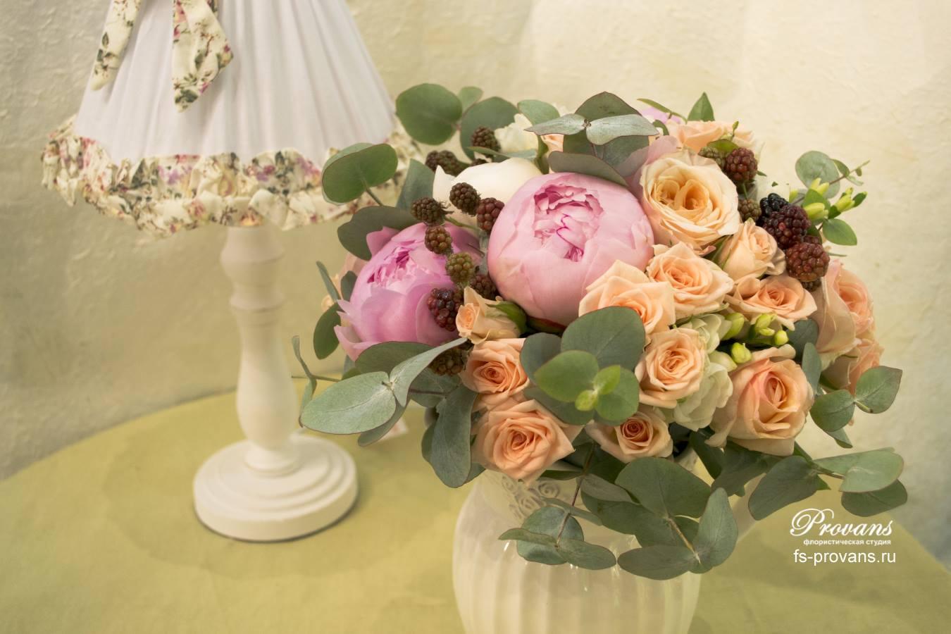 Свадебный букет. Пионы, розы, фрезия, ягода