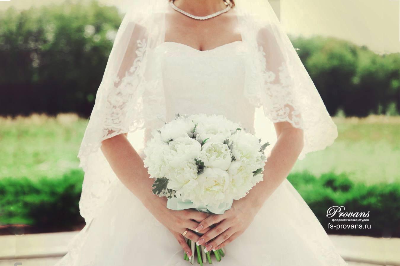 Свадебный букет. Белые пионы, бруния