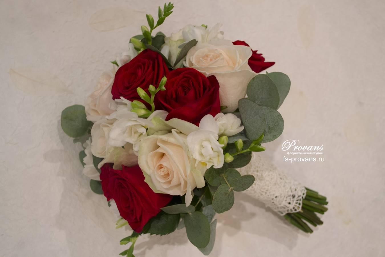 Свадебный букет. Два сорта роз, фрезия