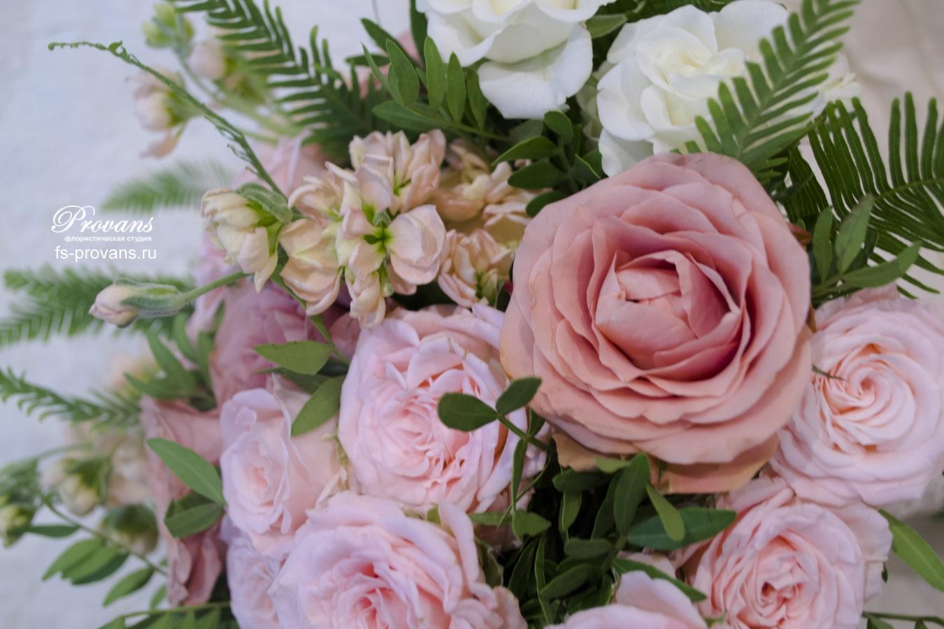 Кофейно-пудровый букет невесты. Розы, матиола